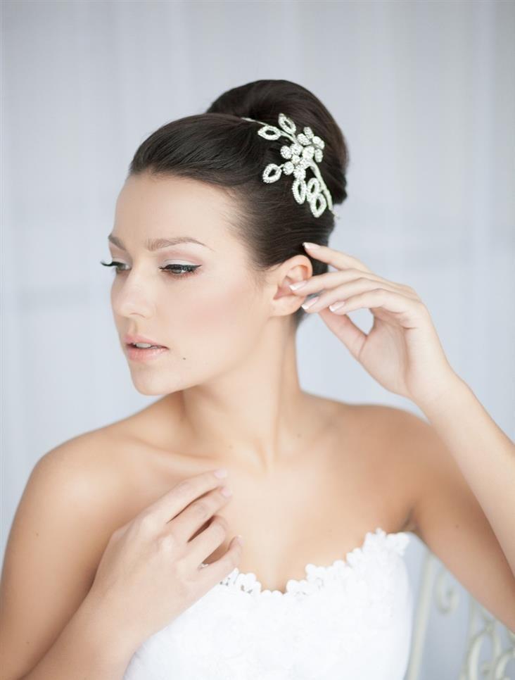 Гладкие прически на свадьбу для средних волос