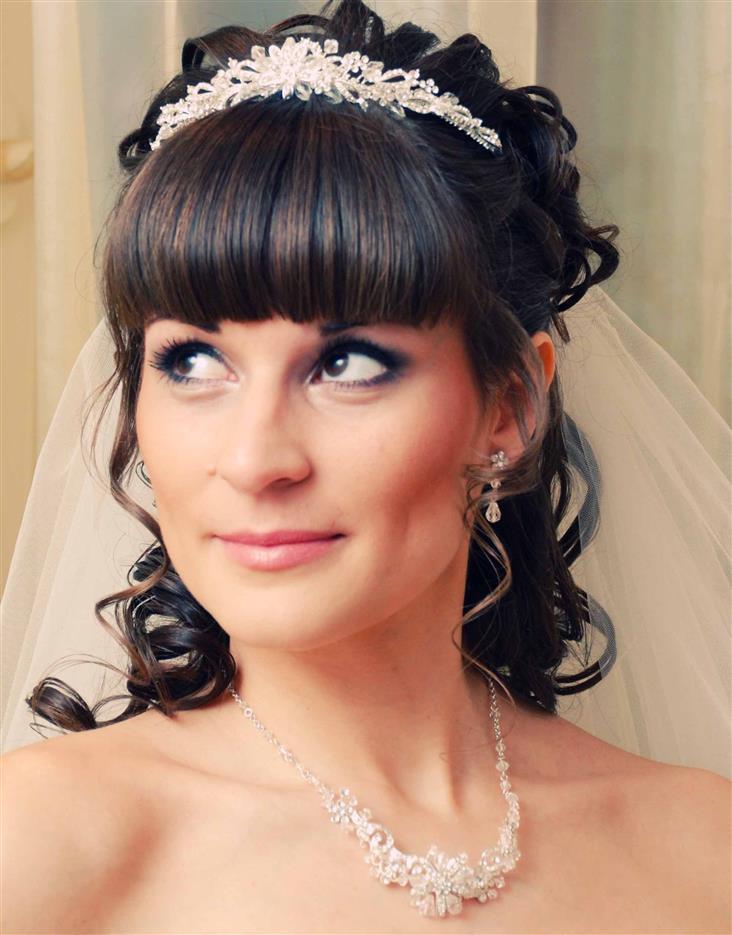 Прически на свадьбу для невесты с челкой на средние волосы